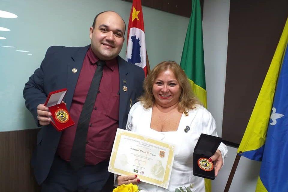 DETETIVES PERITOS MARCELO CARNEIRO E DAMÁSIA RIBEIRO RECEBEM 1º PRÊMIO EDMOND LOCARD